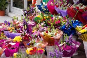 flores fuera de una tienda de floristas.