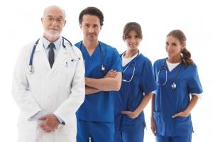 Squadra di medici professionisti isolato su sfondo bianco